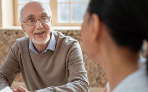 Veja quais são os profissionais podem ajudar as pessoas da terceira idade (Foto: internet)