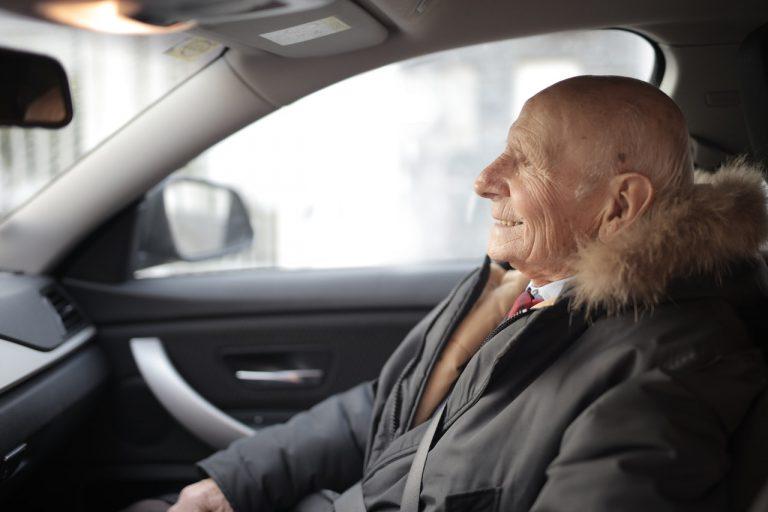 Dicas de aluguel de carros para motoristas mais velhos (Foto de Andrea Piacquadio no Pexels)