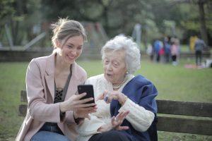 Como ensinar seus parentes mais velhos a usar o WhatsApp (Foto de Andrea Piacquadio no Pexels)